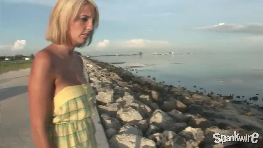 Скриншот к Блондинка раздевается на улице