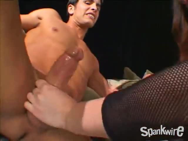 Мужик жестко ебет брюнетку в рот и жопу
