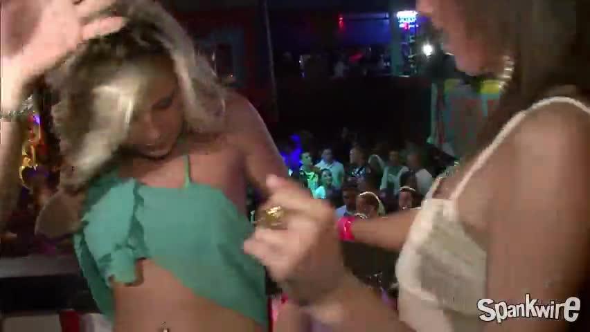 Скриншот к Телочки в американском клубе показывают прелести
